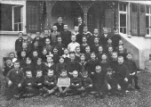 Klassenfoto 1922/23 vor dem Schulhaus Reidermoos